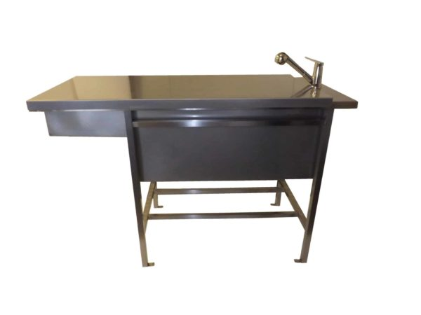 preparation table with closed flat tray